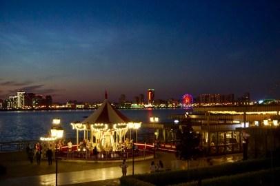 Beleuchtete Uferpromenade an der Wolga