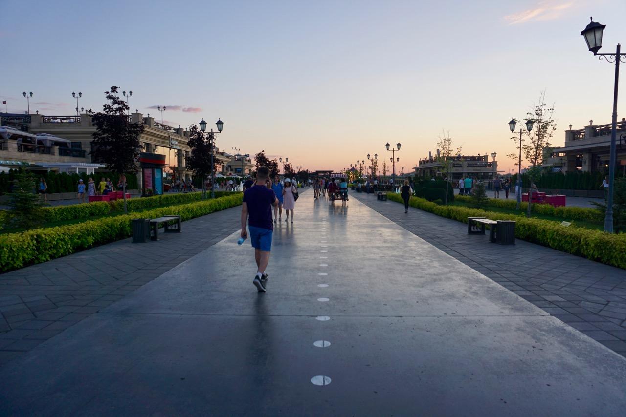 Uferpromenade mit Restaurants