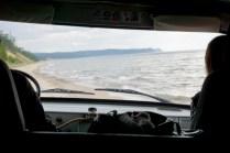 Per Auto am Strand am Baikal-See
