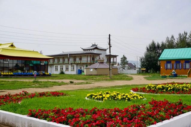 Blumenbeete im Ivolginskiy Datsan