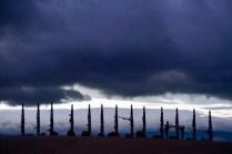 Schamanen-Fahnen bei Gewitter-Himmel