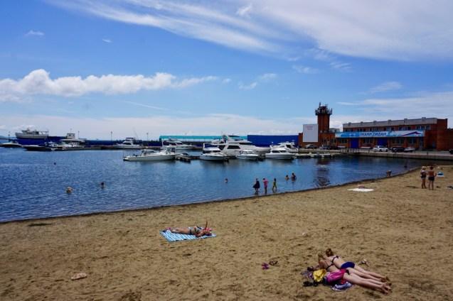 Stadtstrand mit Schwimmern