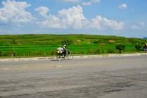 Fahrradfahrer auf der Autobahn in Nordkorea