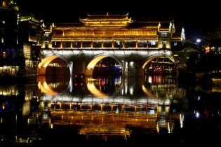 Beleuchtete Brücke