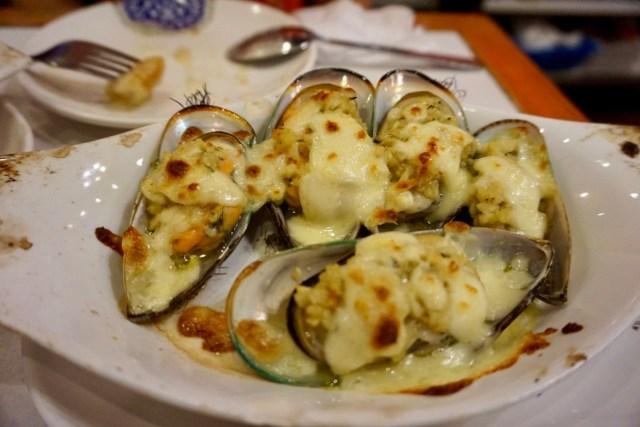 Muscheln mit Käse überbacken
