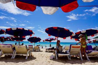 Strandliegen und Sonnenschirme