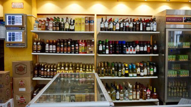 Alkohol-Regal auf Kuba