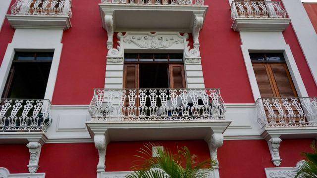 Balkon mit verzierten Geländern
