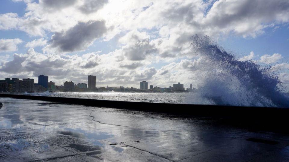 Promenade mit großer Welle