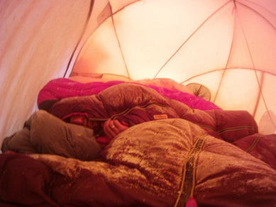 2014-05-22_usa_alaska_denali_sea2top2sea_dario-martin-odin-peter-sleeping-at-high-camp.JPG