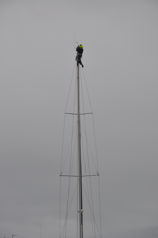 2016-07-28_usa-alaska-nome_dario-on-mast-fixing-windex.jpg