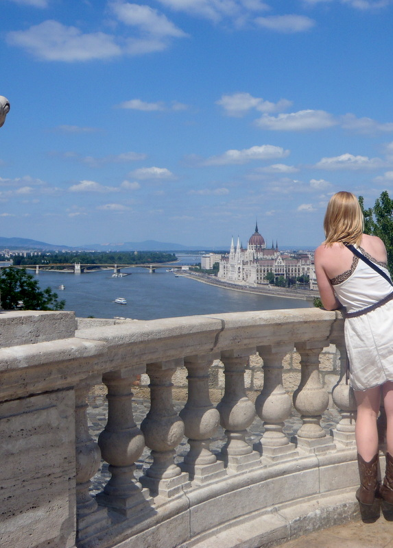 GIRL LOOKING OUT OVER BUAPEST, HUNGARN