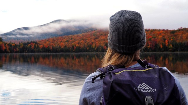 back of a girls head in Autumn facing heart lake