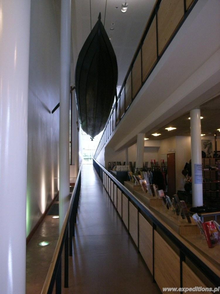 Wewnątrz muzeum Siida, pasaż między piętrami a pod sufitem zabytkowa łódź rybacka