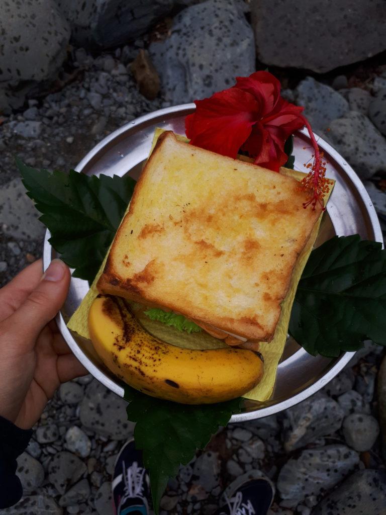 Toast chaud et fruit pour le petit déjeuner