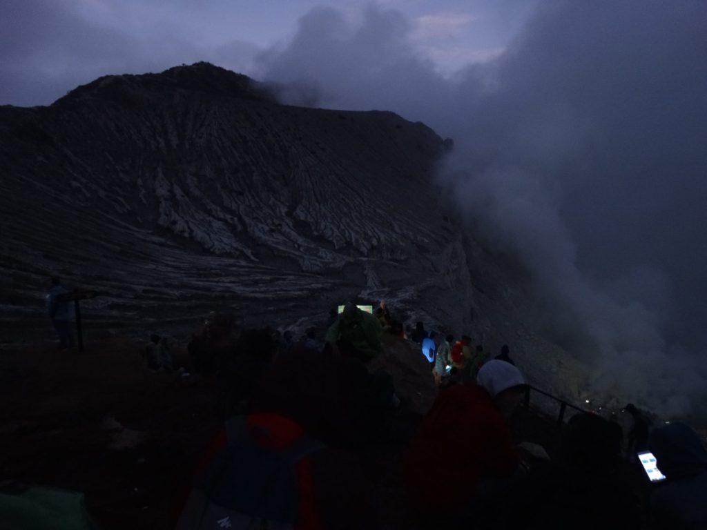 Photographie de nuit du cratère Kawah Ijen