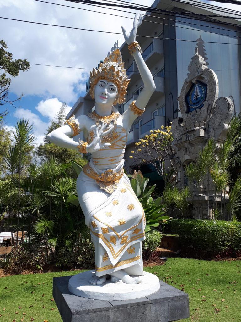 Statue traditionnelle Bali dans les rues de Juta