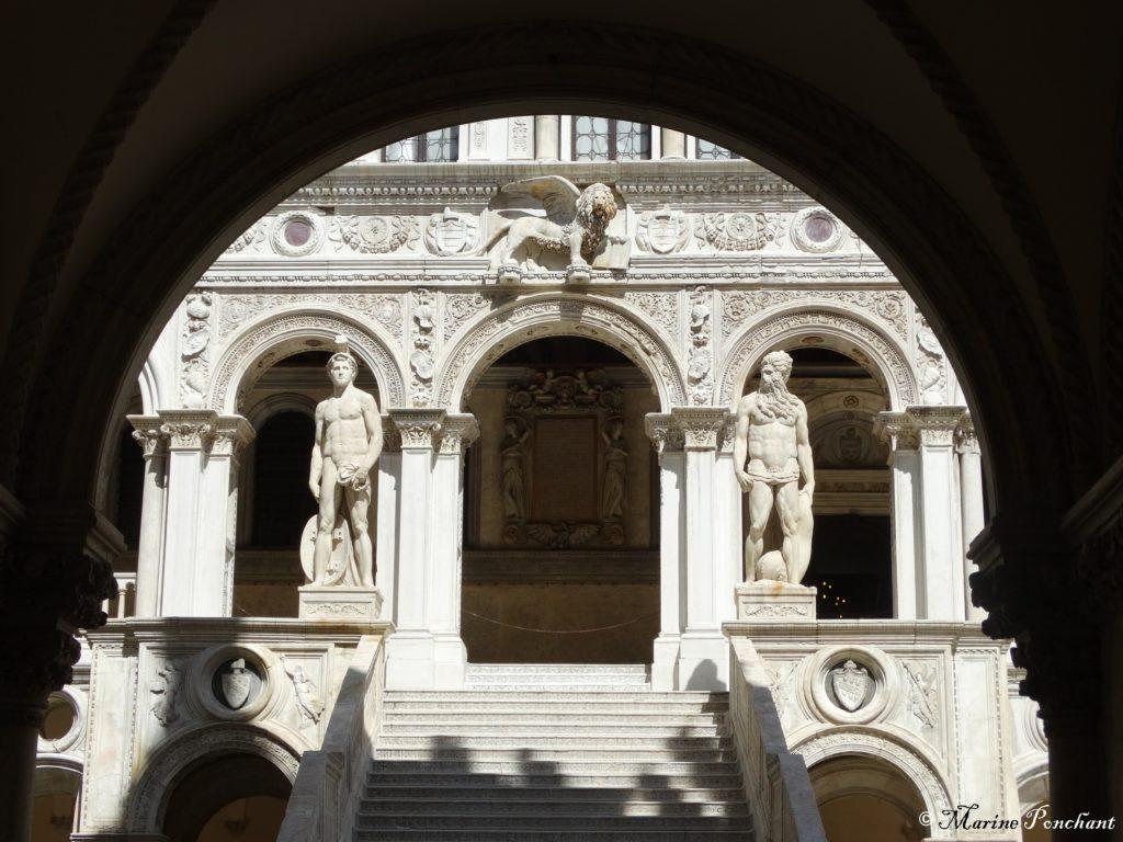 Dieux et escaliers de marbre
