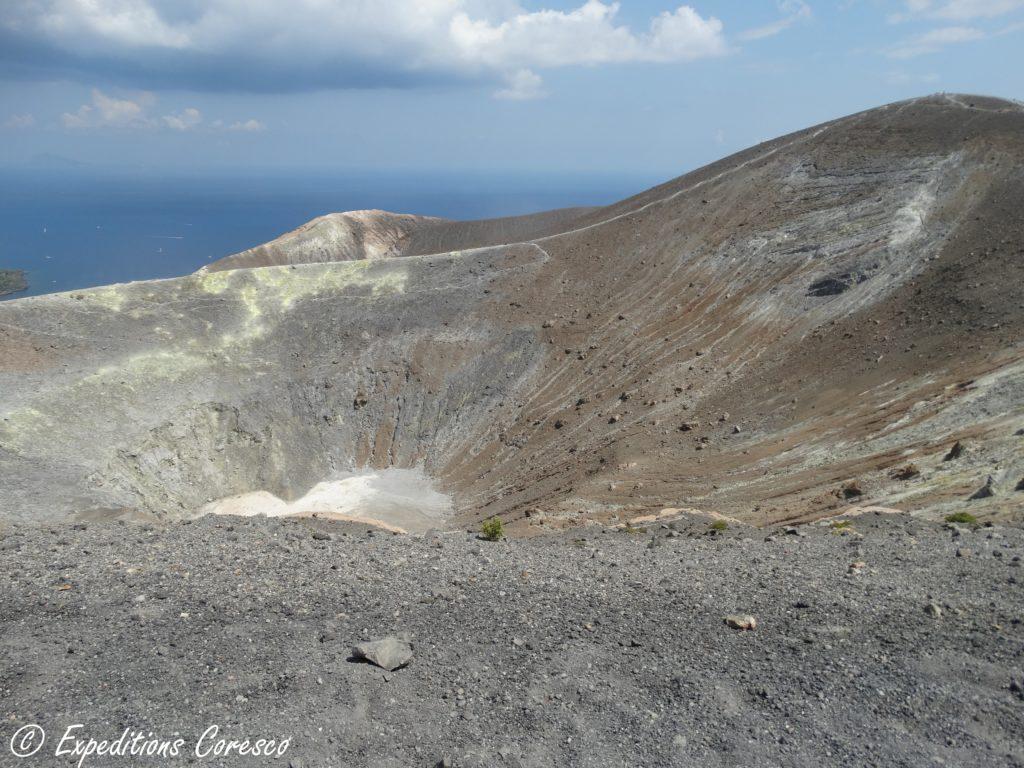 Panorama sur le cratère du volcan de l'île de Vulcano