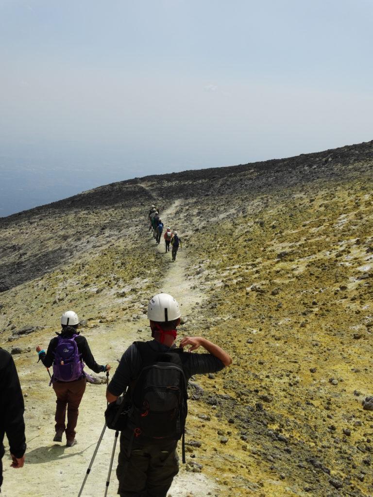 Marche sur les hauteurs soufrées du volcan Etna