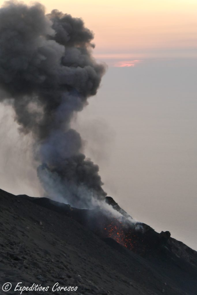 Eruption et coucher de soleil