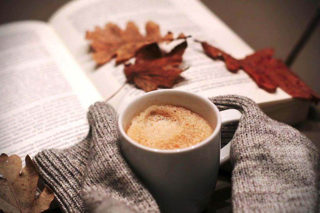 économiser le chauffage en mettant des pulls et buvant des boissons chaudes