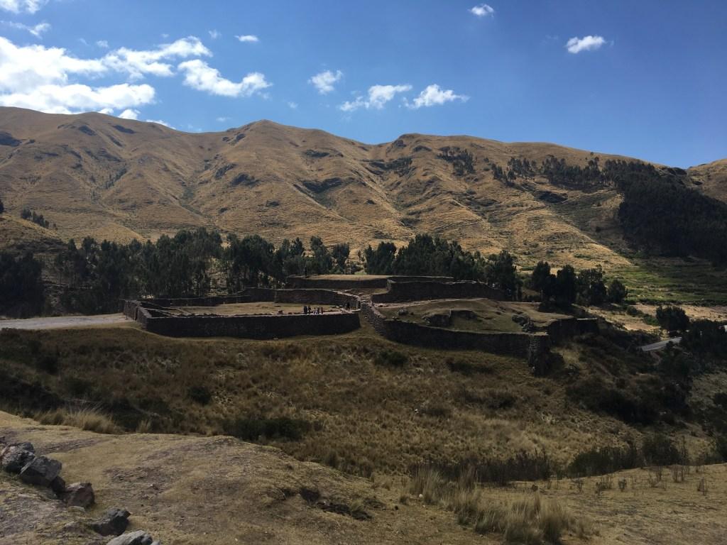 Site Puca Pucara au sein de la vallée sacrée