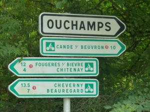 Routes are clearly marked in the Pays des Chateaux
