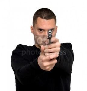 homme qui vise avec son arme