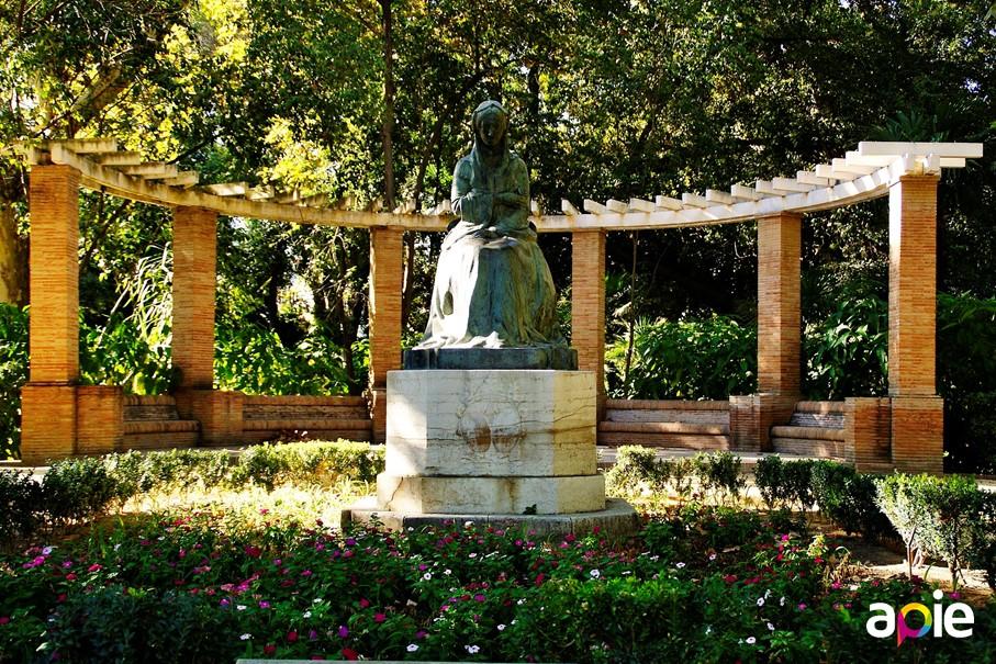 Parque de María Luisa, estatuta Infanta María Luisa