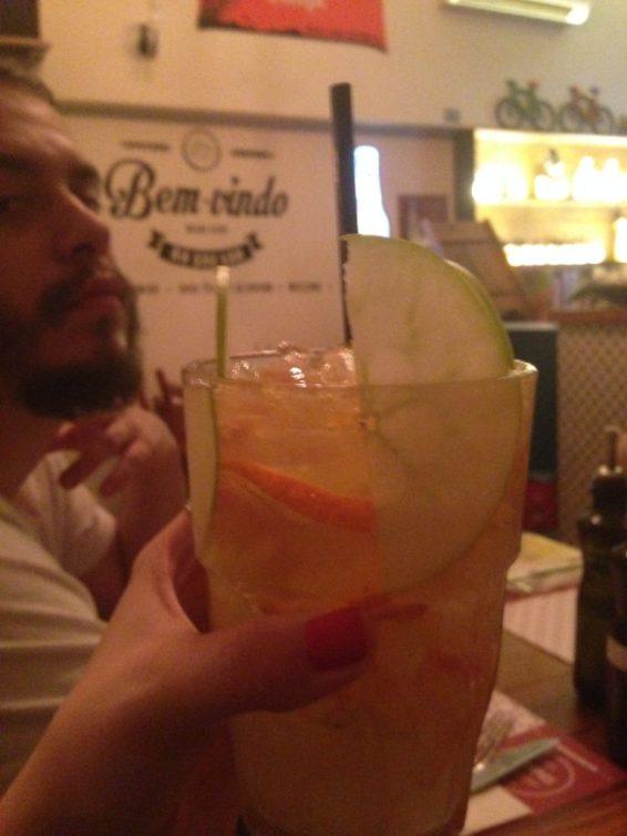 Caipirinha caju amigo da casinha - Caju fresco, limão cravo, açúcar, vodca ou cachaça e soda limonada. Foto: ExperiMenteSP