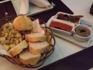 Couvert - Pães com beringela, sardella e patê de azeitonas pretas. Foto: ExperiMenteSP