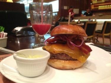 #Priceless Burger by São Paulo Não Tem Preço - Burger feito com 50% bacon e 50% alcatra Angus, cheddar inglês, fatias de bacon e cebola roxa, no pão de brioche e servido com a Garlic & Rosemary Potato 200g. Foto: ExperiMenteSP