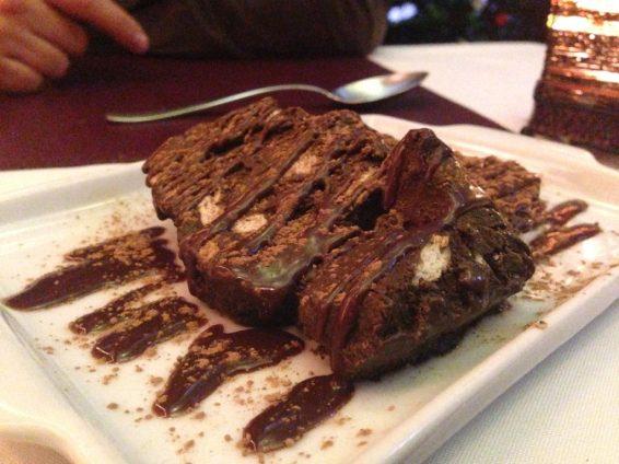 Salame di Cioccolato - Sorvete de chocolate da casa em forma de salame com lascas de biscoito e calda de chocolate. Foto: ExperiMenteSP