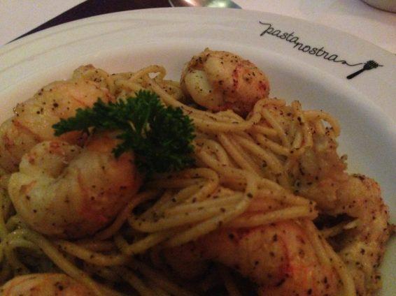 Spaghetti alla Gamberi e Limone - espaguete com camarões ao limão e ervas. Foto: ExperiMenteSP