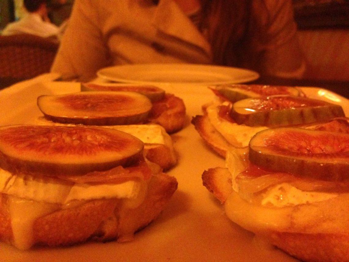 Bruschetta de Parma: Pão italiano, presunto parma, queijo brie, figo e mel.