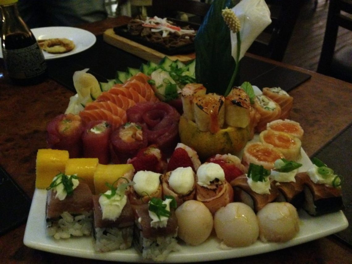 Combinado com sushi de lichia, manga, abacaxi, caju; uramakis e sashimis Foto: ExperiMenteSP