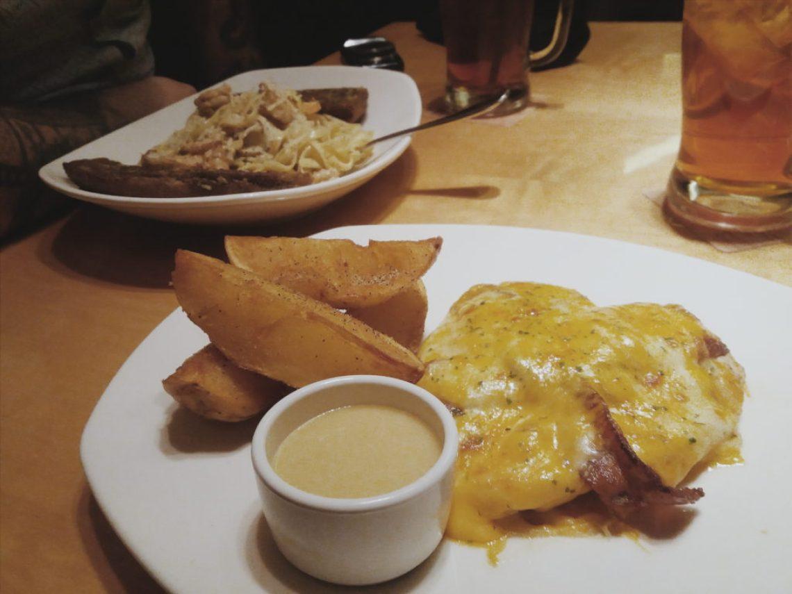 Peito de frango grelhado coberto de bacon, champignon e queijos gratinados, temperado com o molho Honey Mustard