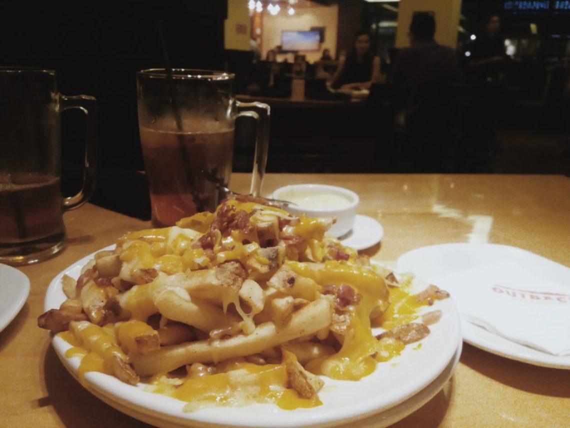 Batatas fritas cobertas com uma combinação de queijos e bacon picado. Servidas com o clássico molho Ranch