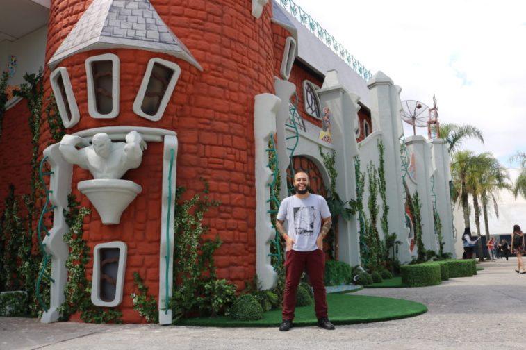 Felipe na entrada da exposição - Foto: ExperimenteSP