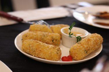 Bolinho Poseidon - Bolinho de massa de mandioca com recheio de salmão empanado com aveia e acompanhado de molho Poseidon. Boteco Pavio (boxe 370