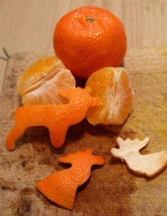 ausgestochene Elche mit Mandarinen