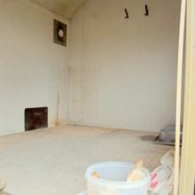 Foto vom leeren Bauwagen von innen.