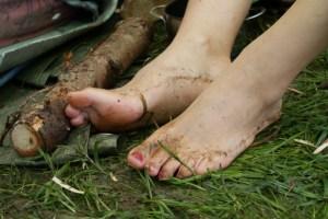 Nackte Füße im Matsch