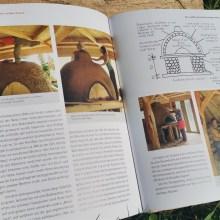 Foto eines Buches: Seiten mit Fotos von einem halbfertigen Lehmofen