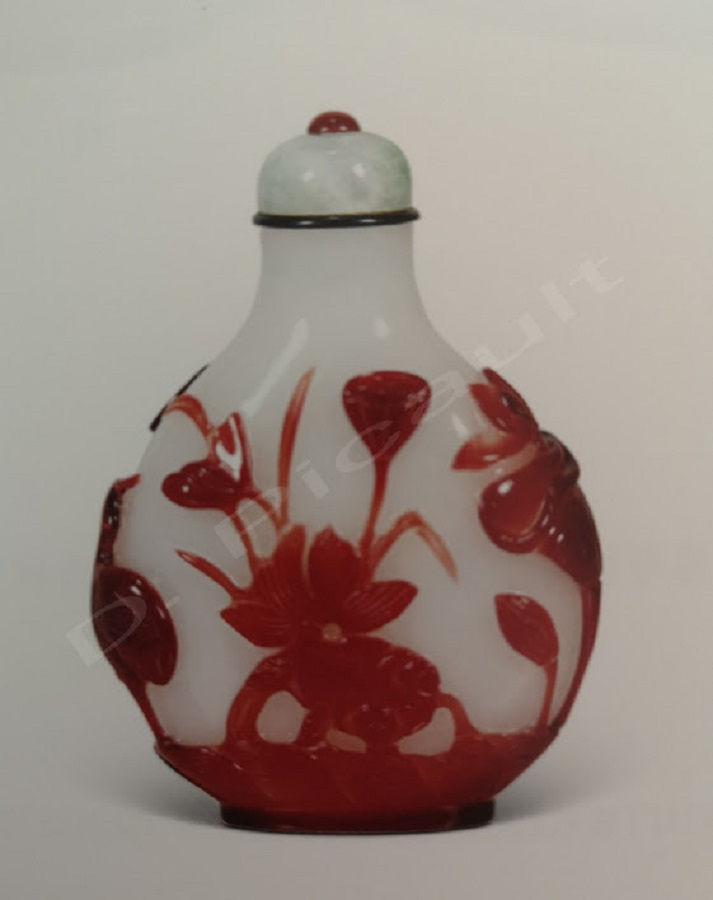 Tabatière fond blanc et décor rouge aubépine.