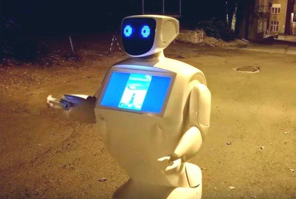 робот ловит покемонов