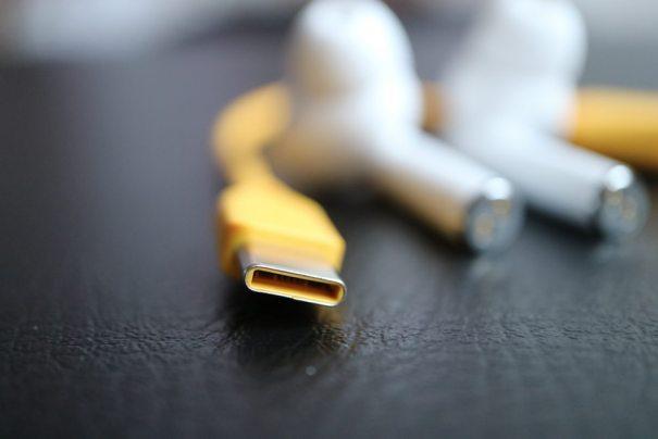 кабель USB-C и наушники