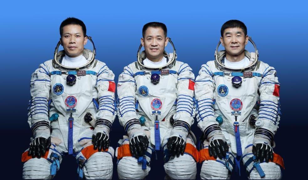 КНР  запустил корабль «Шэньчжоу-12» стремя астронавтами  корбитальной станции
