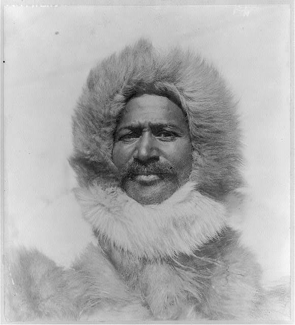 Черно-белое фото мужчины в шубе.